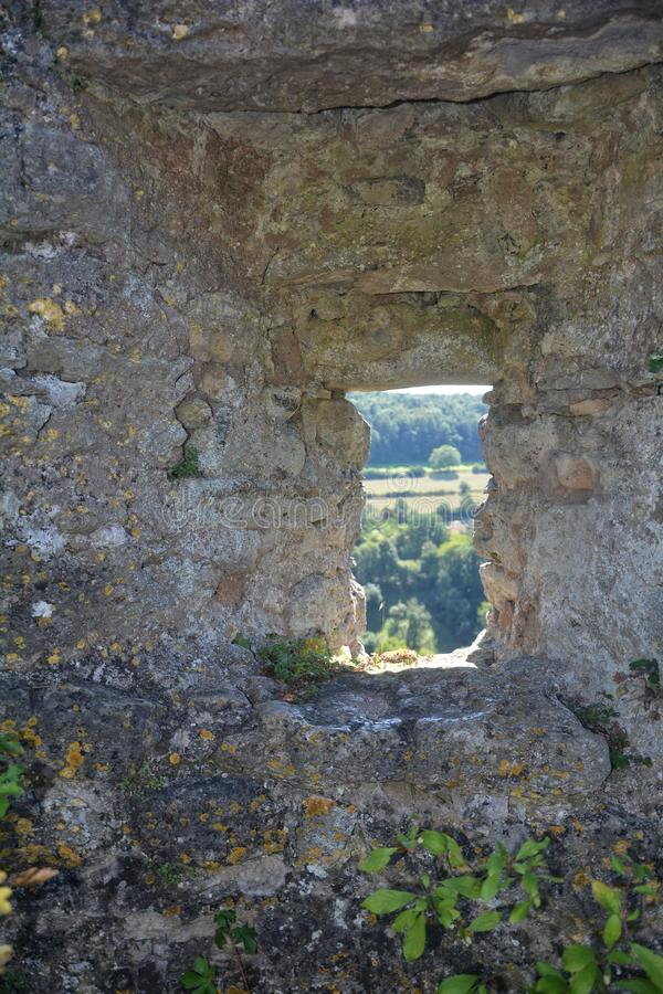 Fenda na parede velha do castelo imagens de stock royalty free