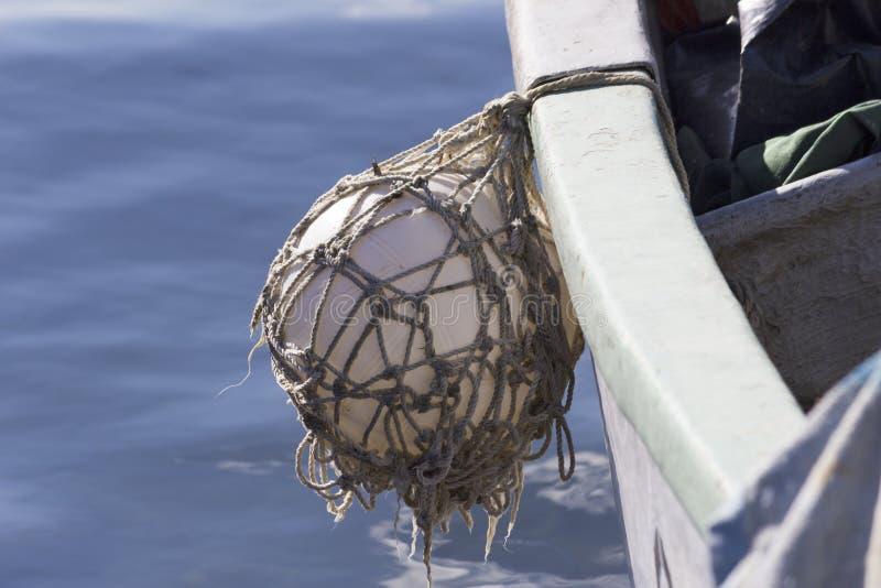 Fender balowy obwieszenie fisher łódź z błękitnym morzem zdjęcia stock