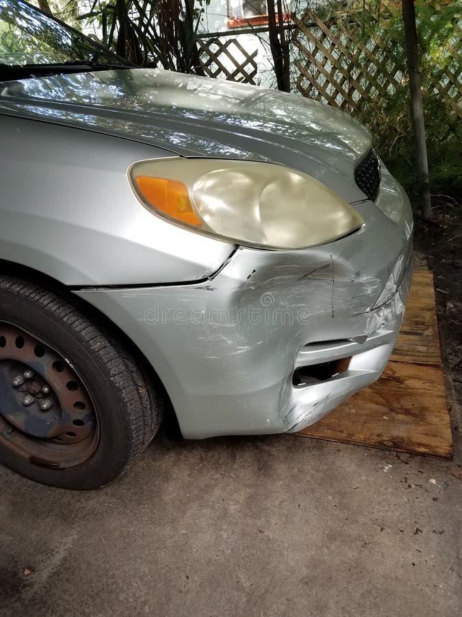 Fenderbändare ▪ Toyota framsida på högerpanelen, krossat silverdäck, svart hölje på saknade hjul arkivbild