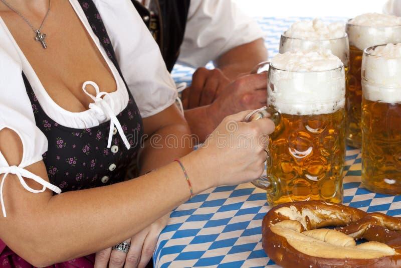 Fenditura della birra bavarese di Oktoberfest e della donna fotografie stock