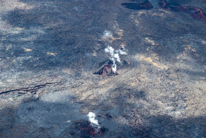 Fenditure attive nel flusso di lava sulla grande isola delle Hawai Magma rosso visibile; gas vulcanico che aumenta nell'aria immagine stock libera da diritti