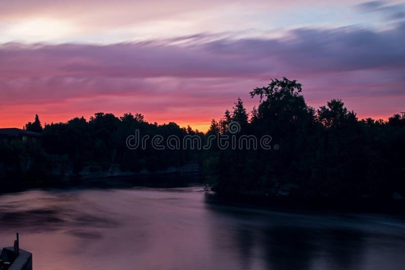 Fenelon flod på soluppgång i Ontario, Kanada arkivbilder