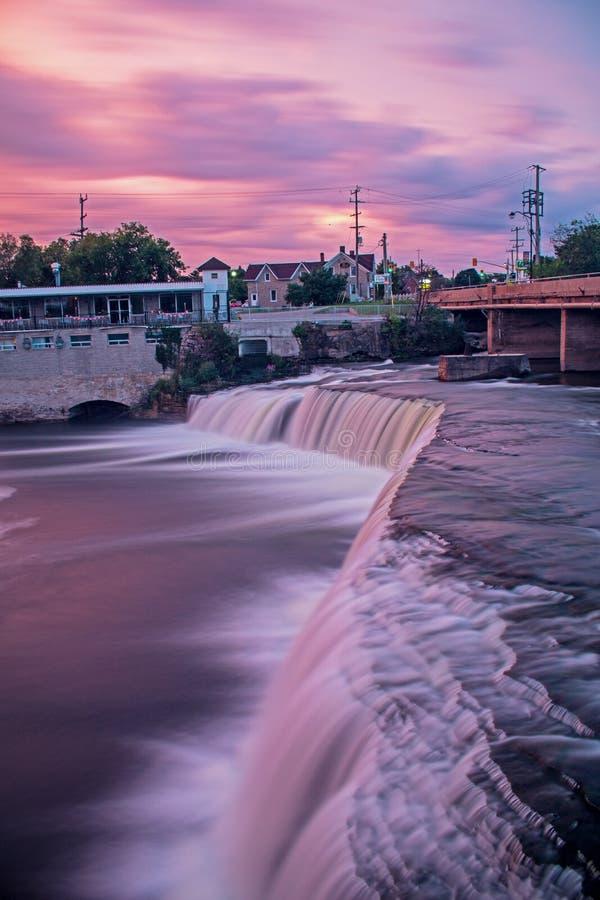Fenelon nedgångar i Ontario, Kanada precis före soluppgång royaltyfri bild
