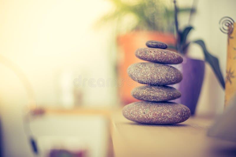 Feng Shui: Каменная пирамида из камней в живущей комнате, балансе и релаксации стоковая фотография rf