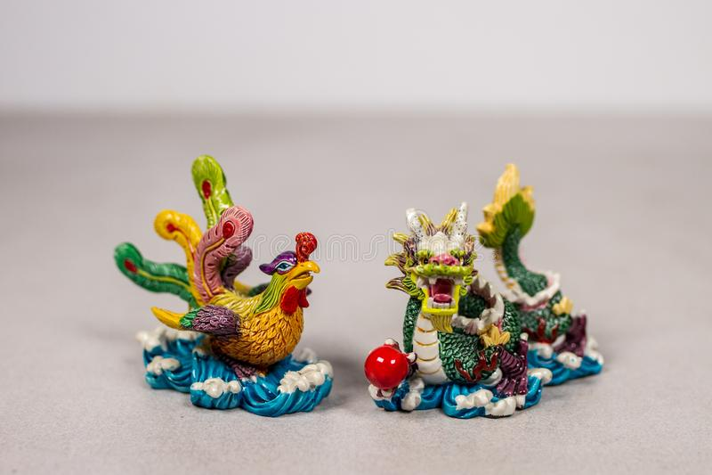 Feng Shui ο κινεζικός Phoenix και σύμβολα σχέσης αγάπης δράκων σε γκρίζο γκρίζο άσπρο Backround στοκ εικόνες