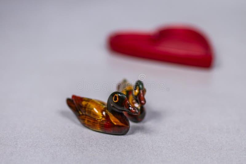 Feng Shui Chinese Mandarin Ducks auf Gray White Grey Background With-Herzen im Hintergrund stockbild