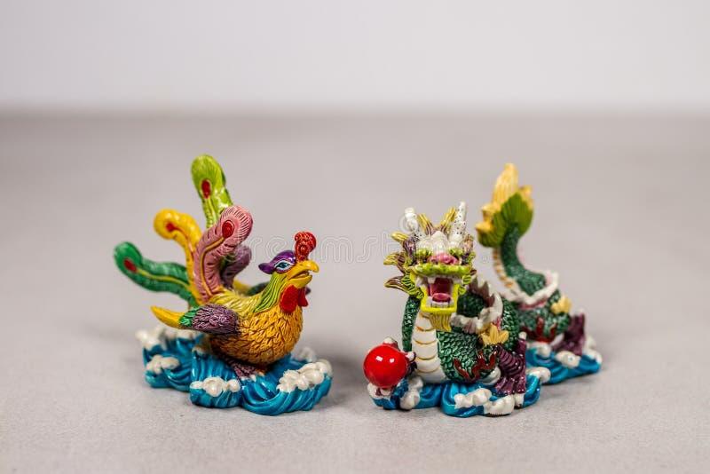 Feng Shui Chinese Phoenix et Dragon Love Relationship Symbols sur Gray Grey White Backround photo stock