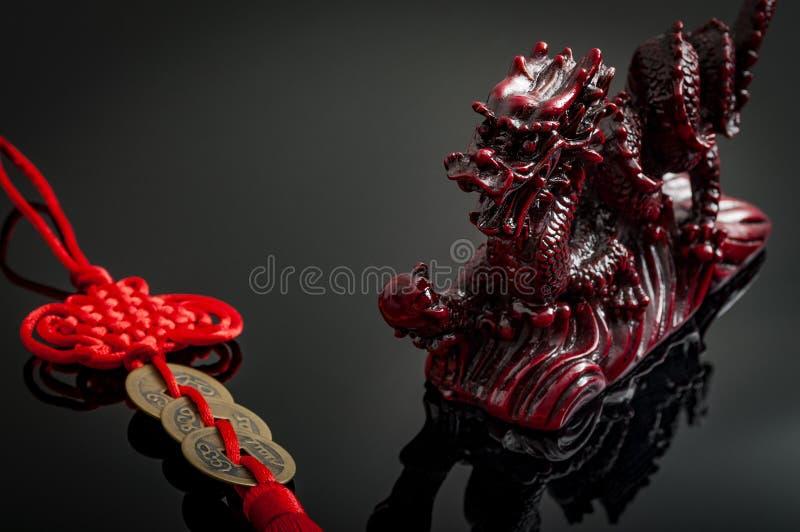 Feng Shui Dragon och myntamulett arkivfoto