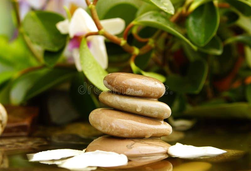 Feng Shui, les pierres dans l'eau photo stock