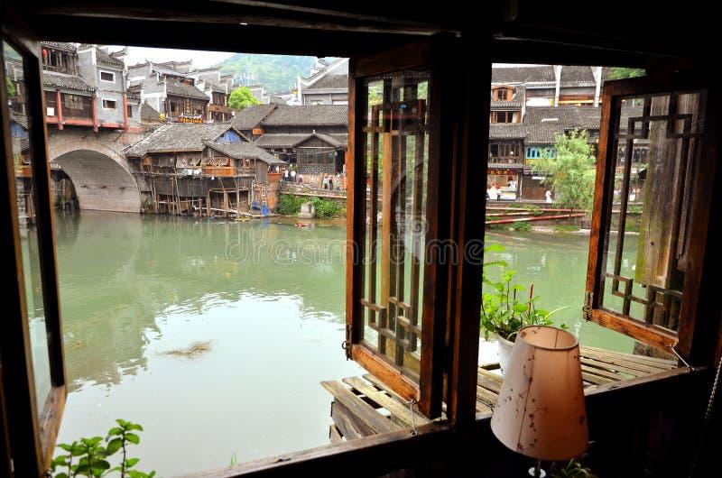 Fenghuang, Китай - 14-ое мая 2017: Взгляд от окна на riiverside на мосте Феникса Hong в Fenghuang стоковые изображения