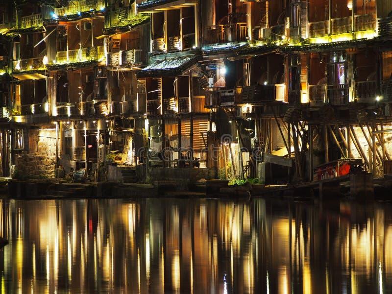 Fenghuang освещает отражение на ноче стоковые изображения rf