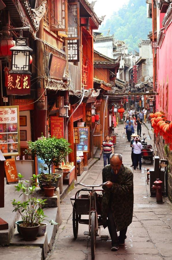 Fenghuang, China - 15 de maio de 2017: Povos que andam em torno da rua na cidade de Phoenix Fenghuang foto de stock