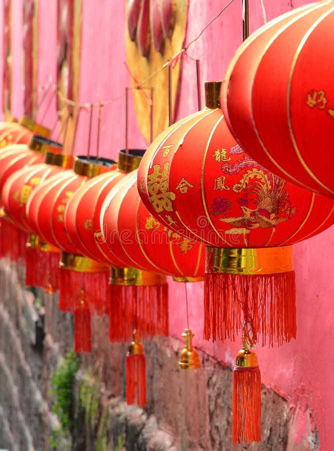 Fenghuang, China - 15 de mayo de 2017: Linternas en la calle cerca del templo de Fenghuang imagen de archivo libre de regalías