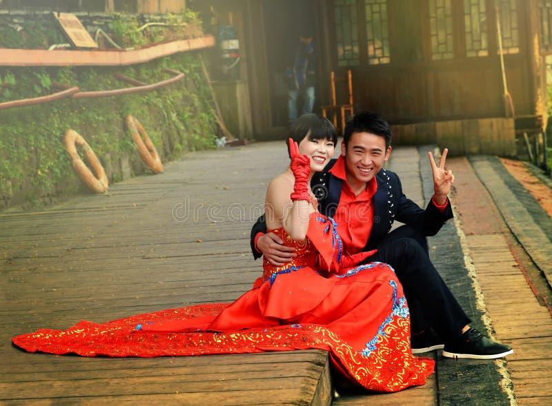 Fenghuang, China - 15 de mayo de 2017: Los jóvenes felices casados juntan resto en Fenghuang, China foto de archivo