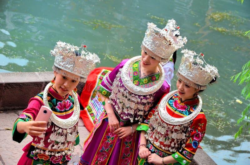 Fenghuang, China - Mei 15, 2017: De vrouw maakte foto in traditionele Chinese kleren in de oude stad van Fenghuang stock fotografie