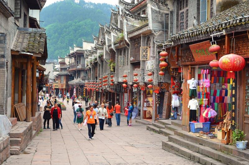 Fenghuang, Chine - 15 mai 2017 : Les gens marchant autour de la rue dans la ville de Phoenix Fenghuang image stock