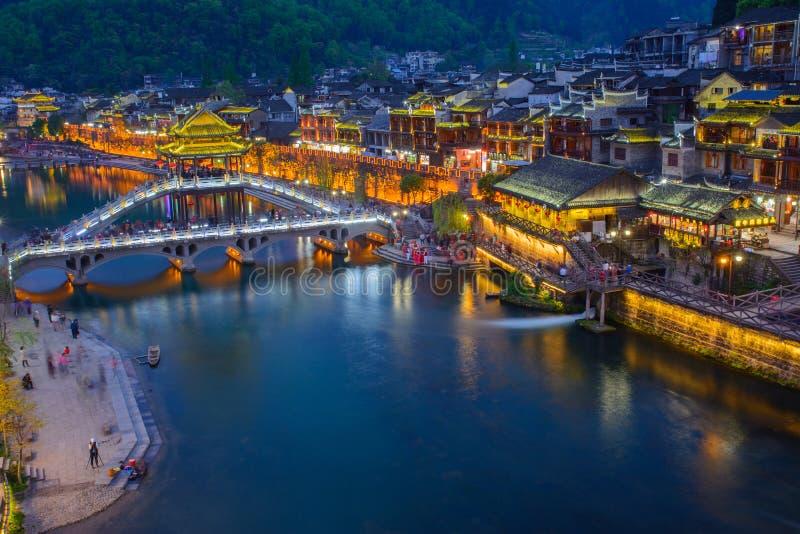 Fenghuang forntida stad i skymningtid, berömd turist- attractio fotografering för bildbyråer