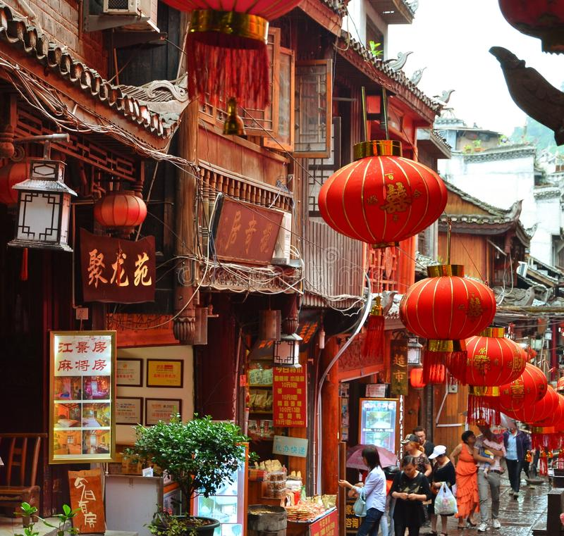 Fenghuang Kina - Maj 15, 2017: Folk som går runt om gatan i den Phoenix Fenghuang staden arkivfoton