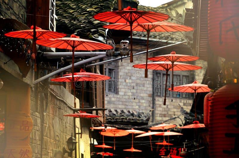 Fenghuang Kina - Maj 15, 2017: Garneringen av det röda paraplyet på gatorna av Phoenix Fenghuang för forntida stad den forntida s arkivfoton