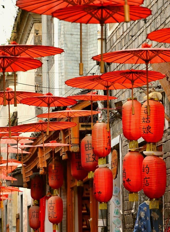 Fenghuang Kina - Maj 15, 2017: Garneringen av det röda paraplyet på gatorna av Phoenix Fenghuang för forntida stad den forntida s royaltyfri bild
