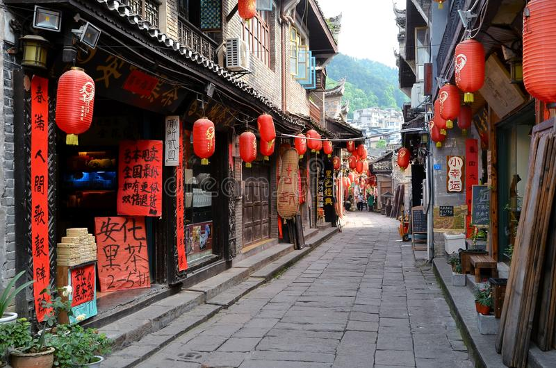 Fenghuang Kina - Maj 15, 2017: Garneringen av röda lampions på gatorna av Phoenix Fenghuang för forntida stad den forntida staden royaltyfri foto