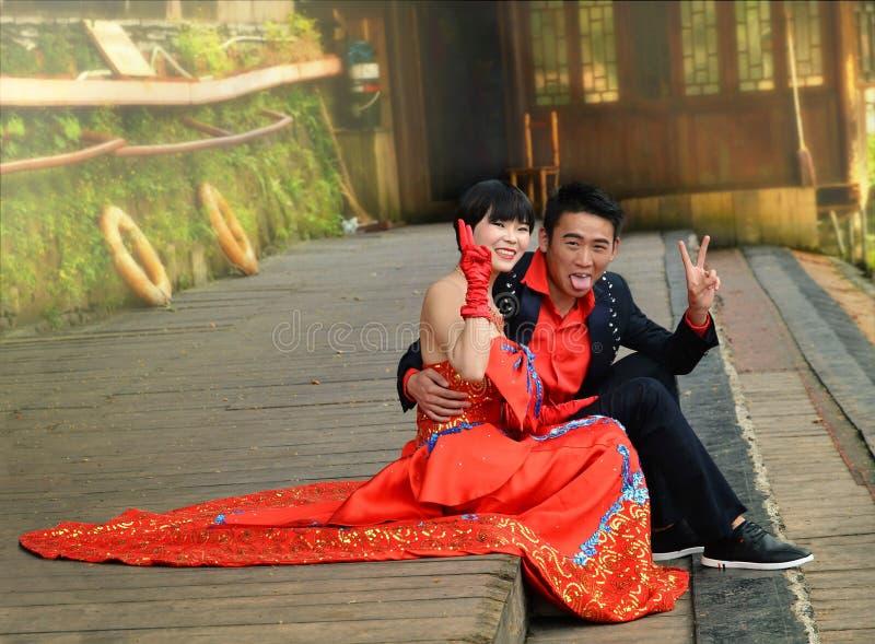 Fenghuang Kina - Maj 15, 2017: Lyckligt ungt gift par som ser floden i Fenghuang, Kina royaltyfri foto