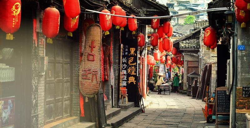 Fenghuang Kina - Maj 15, 2017: Shoppar gatan nära Phoenix Hong Bridge i Fenghuang arkivbilder