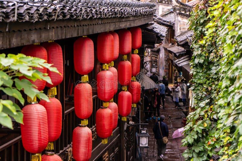 Fenghuang Kina 10/19/2018 röda kinesiska lyktor är hängning från taket av den gamla kinesiska utformade byggnaden arkivfoto