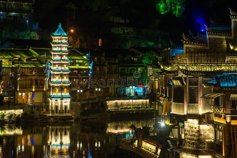 Fenghuang Oude Stad bij nacht stock fotografie