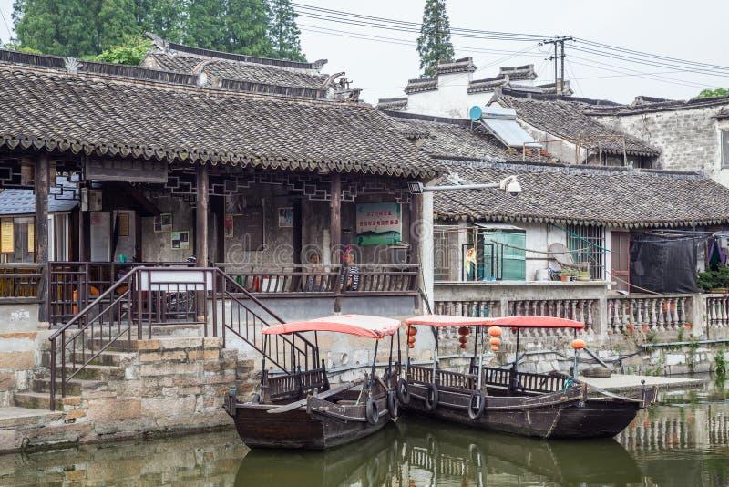 Fengjing Zhujiajiao, Kina - circa September 2015: Broar kanaler av Fengjing Zhujiajiao den forntida vattenstaden arkivfoto
