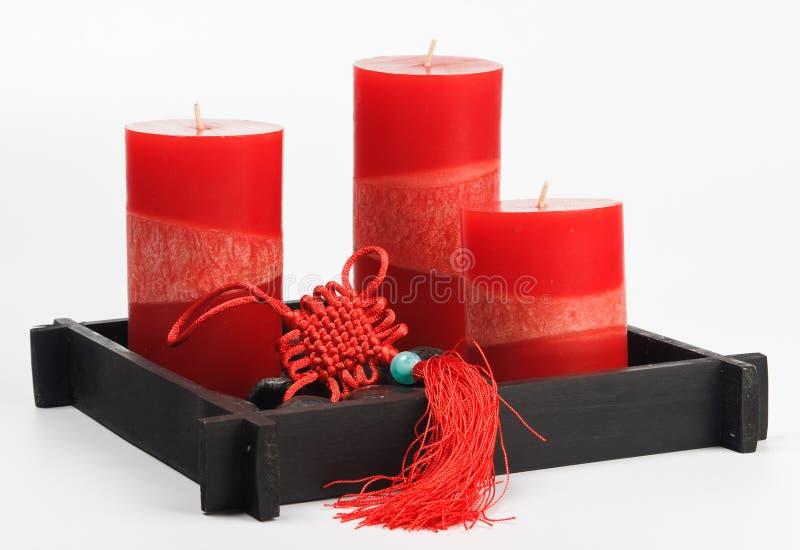 Fengshui chinois a placé (talisman, bougies rouges et rue image stock
