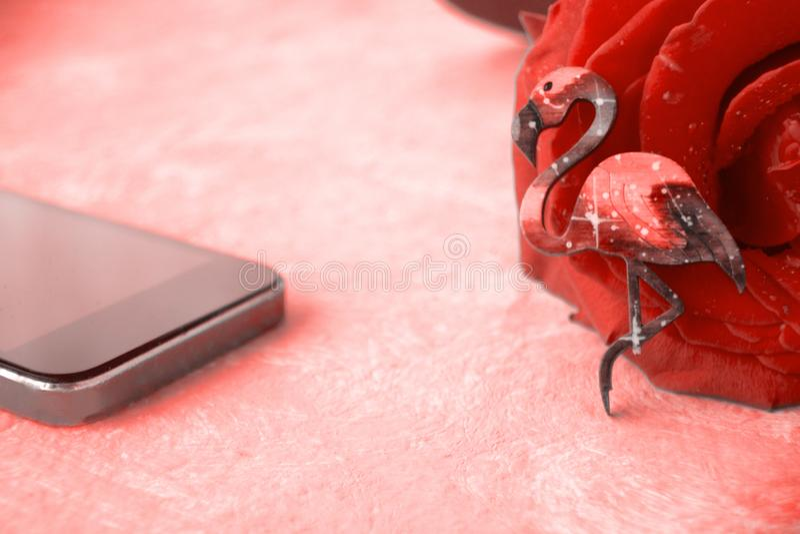 Fenicotteri, telefono cellulare e rosa Online datare, datante servizio immagini stock libere da diritti
