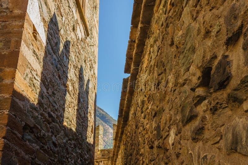 FENIS, ITALIEN 5. SEPTEMBER Die Fassade des Schlosses von Fenis im Aostatal mit seinen Stadtmauern und seinen defensiven Türmen lizenzfreie stockfotografie