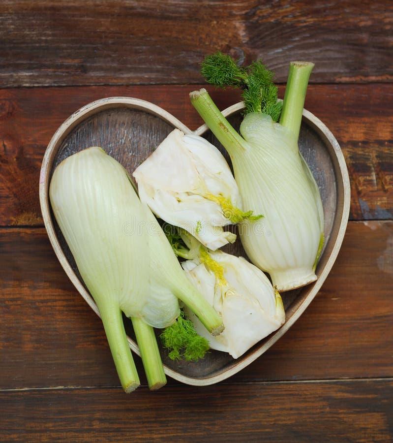 Fennell Isoalted di verdure nella forma di legno della scatola del cuore Immagine quadrata per instagram fotografia stock