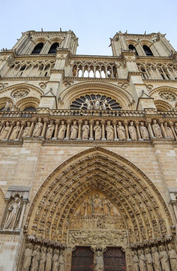 Fenomenalni rze?beni i architektoniczni szczeg??y Notre Damae katedra w Paryskim Francja Przed ogieniem Kwiecie? 05, 2019 zdjęcia royalty free