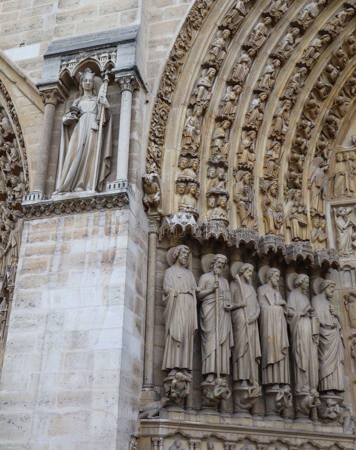 Fenomenalni rze?beni i architektoniczni szczeg??y Notre Damae katedra w Paryskim Francja Przed ogieniem Kwiecie? 05, 2019 fotografia stock