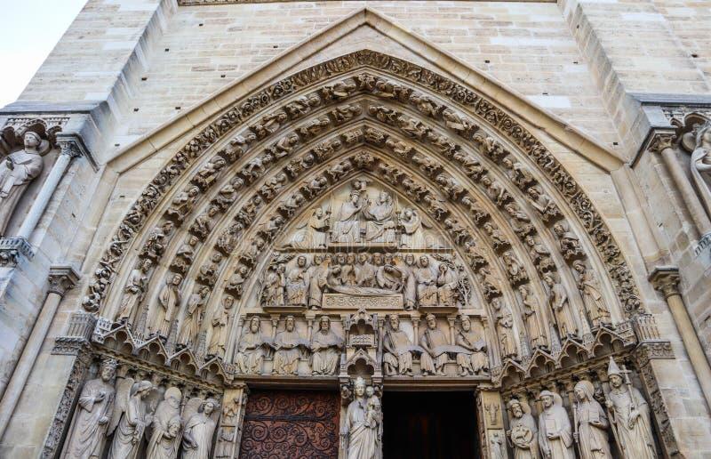 Fenomenalni rze?beni i architektoniczni szczeg??y Notre Damae katedra w Paryskim Francja Przed ogieniem Kwiecie? 05, 2019 fotografia royalty free