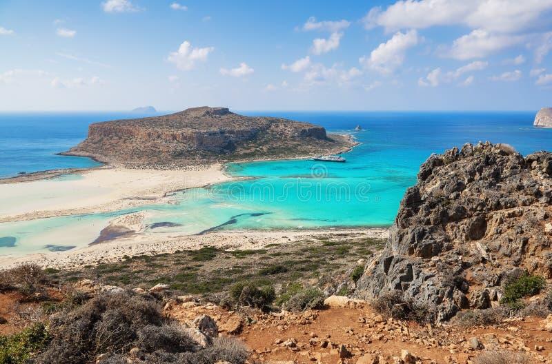Fenomenalny krajobraz skalisty wzgórze, Balos plaża z fantastycznym białym piaskiem i trzy morza: Ionian, Egejski i Libijski, wie fotografia stock