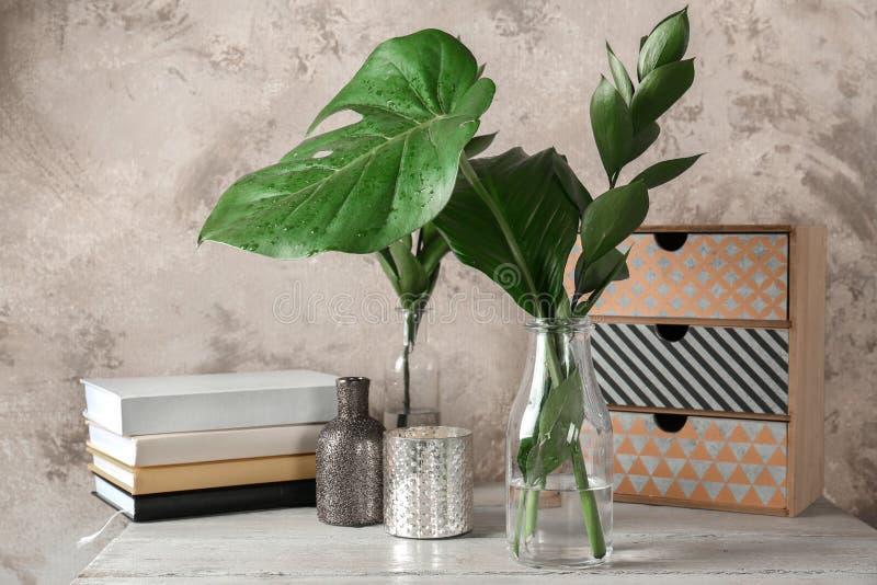 Fenomenalny skład z rozmaitością tropikalne rośliny zdjęcia stock