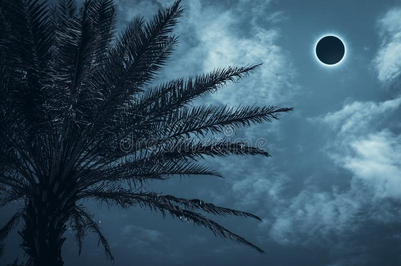 Fenomeno naturale scientifico stupefacente Glowi totale di eclissi solare immagine stock libera da diritti