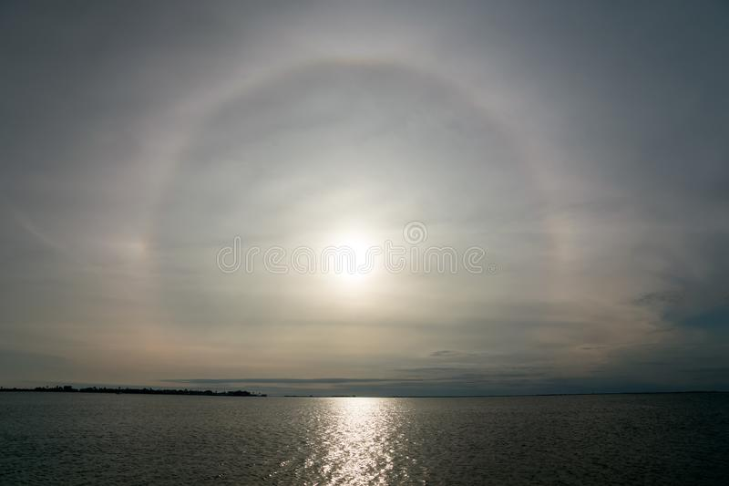 Fenomeno solare e ottico di alone e percorso del sole al mare Il Texas, t fotografie stock libere da diritti