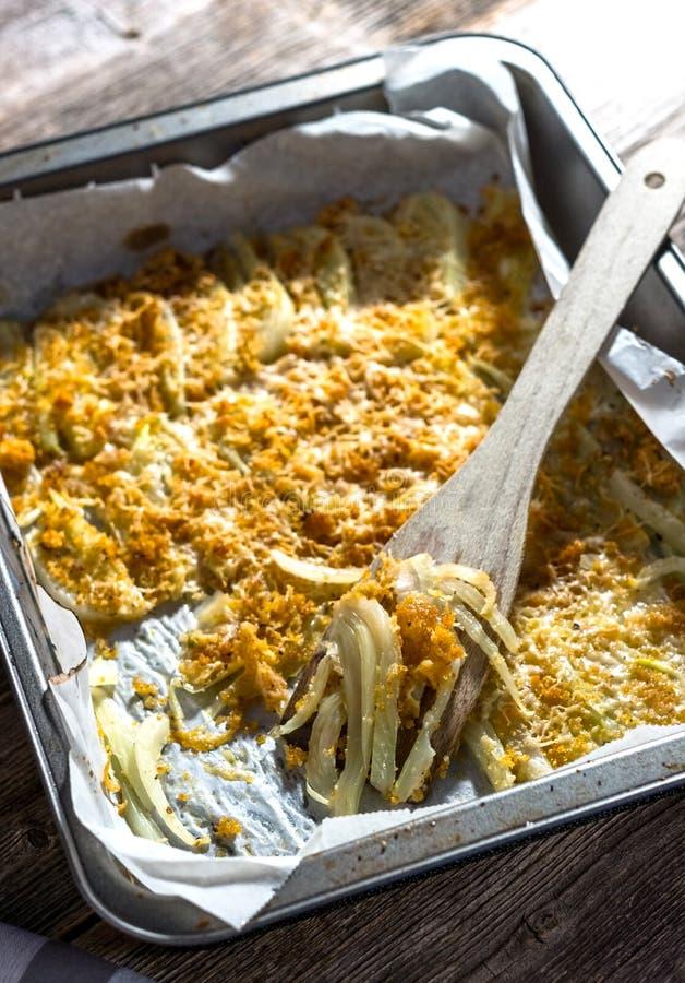 Fenouil cuit au four avec le parmesan photos stock