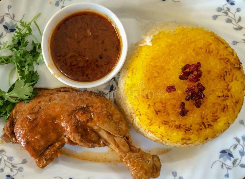 Fensanjan avec du riz est un de la cuisine iranienne la plus délicieuse, il est fait cuire avec de la viande de poulet photos libres de droits
