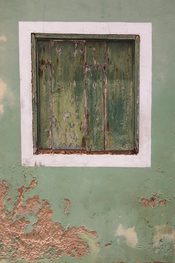 Fenster in abgefressenem façade mit den Fensterläden geschlossen stockfotos