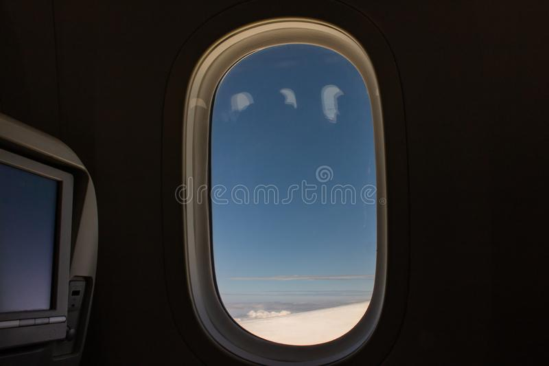 Fenster-Ansicht vom Beifahrersitz auf Flugzeug lizenzfreie stockfotografie