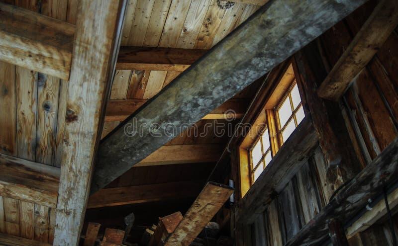 Fenster auf dem Dachboden des alten Hauses stockbild