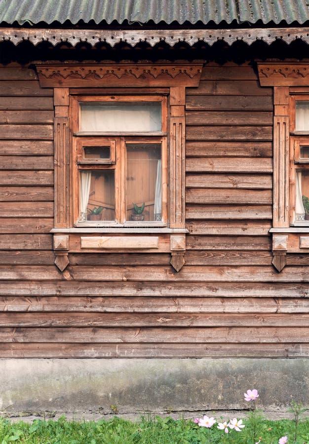 Fenster auf der Fassade des alten Holzhauses stockfoto