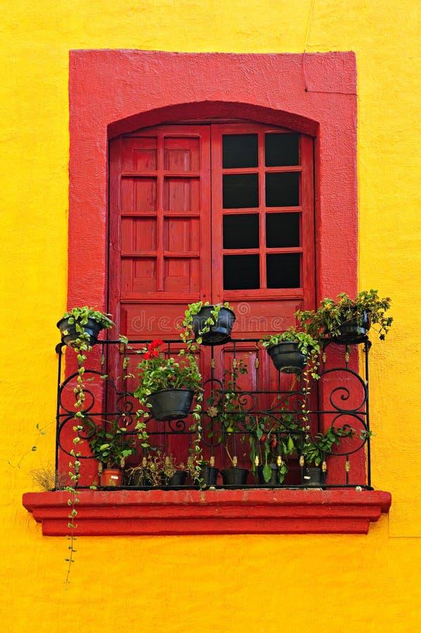 Fenster auf mexikanischem Haus lizenzfreie stockfotos