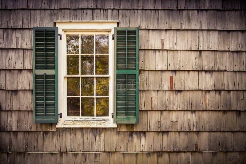 Fenster-Cedar Shake-Äußeres lizenzfreies stockfoto