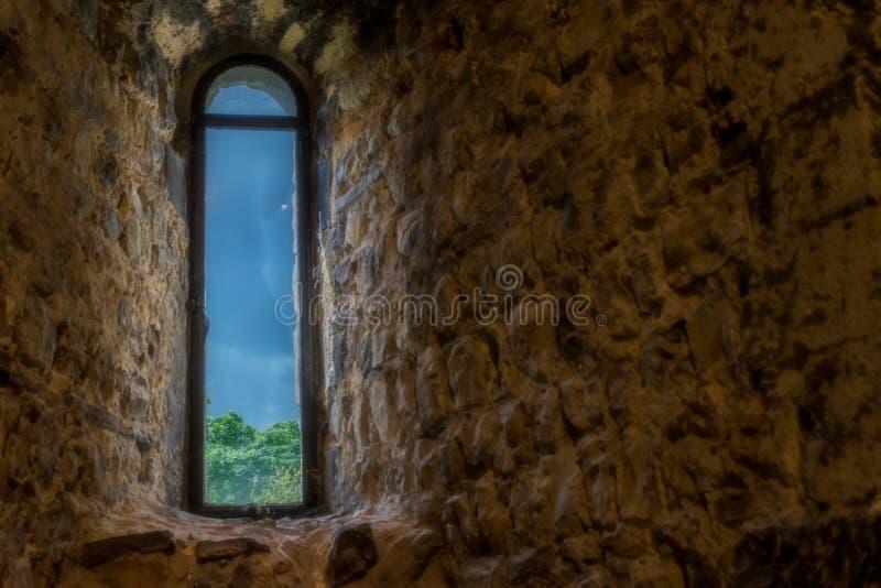 Fenster, das heraus zu den stürmischen Himmeln schaut lizenzfreies stockbild